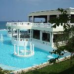 side view of pool & jaccuzzi