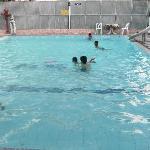 La piscine, ouverte aux gens extérieurs de la guesthouse