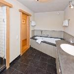 Luxusbadezimmer mit großer Dusche, Bad und Doppelwaschbecken von Appartement Bergblick