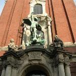 Miguel Arcángel - santo patrono de la iglesia - vela por la entrada principal. Se centra en aque