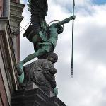 Orgulloso y victorioso en su figura se destaca. En su mano derecha lleva la lanza, que tiene la
