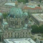 Fjernsynstårnet - udsigt. Berliner Dom(bagsiden) med parken bagved og museet til højre (det med