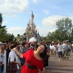Vestida em homenagem a Minie! O castelo francês é rosa!