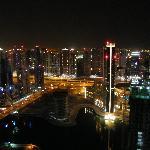 Vue sur Dubai la nuit de la chambre