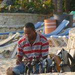 vendeur de statuettes devant le riu