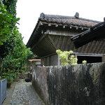 穀物入れの小屋と壁面