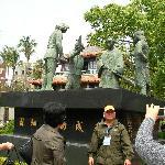 広場の像(征服した時の場面。頭を垂れているのがオランダ人)