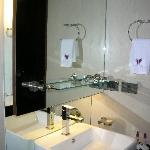 nice sink and facets