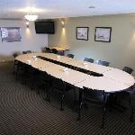 Hotel offers meeting rooms and banquet facilities that will accomodate up to 500 guests.