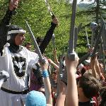 Parco delle Fiabe - il Cavaliere Bianco nomina i giovani cavalieri quali cavalieri del Castello