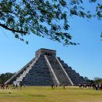 Die 30 m hohe Pyramide des Kukulcán, auch El Castillo genannt, liegt in der Ruinenstadt Chichén
