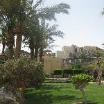 le petit jardin de l'hôtel, avec des appartements directement sur la plage (pas trop propre para