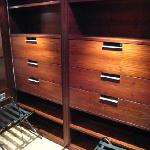 Built-in bureau in the dressing area