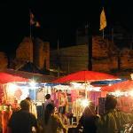 Sunday Market mit alter Stadtmauer im Hintergrund