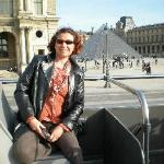 Devant le Louvre