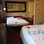 Habitación triple con sofá cama abierto