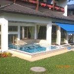 hotel von vorn mit einem der 3 pools