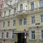 Frontseite und Eingang des Hotels