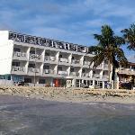 El hotel, desde el mar