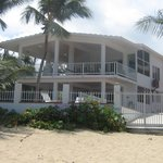 Photo de Villa Tropical Oceanfront Apartments on Shacks Beach