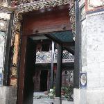 accès dans la première cour à partir de l'entrée
