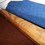 moderno y confortable canapé...de madera, parecía mas de un barracón que otra cosa