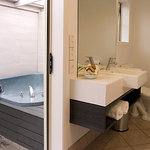 Executive Suite - Bathroom and Spa courtyard