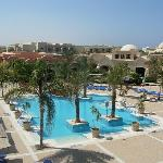 corte interna hotel con piscina