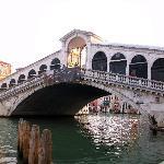 pont Rialto ponton du vaporetto (bateau)  proche hôtel
