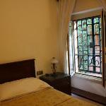 Sehr romantisches Zimmer - die Gitter vor den Fenstern lassen sich öffnen