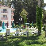 Frontseite des Hotels mit Blick auf Pool und Bucht