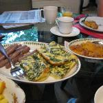 Breakfasts home-cooked and delicious, always fresh fruit, fresh cofee and fresh flowers on the t