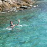 Nadando en el mar de la posada después de desayunar