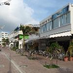 Fachada, al lado las discotecas y en la esquina el Bahia Sardina, hotel mucho mas caro.