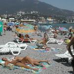 Una spiaggia con tante ragazze a yalta