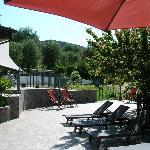 Terrasse mit Liegestühlen neben dem Pool