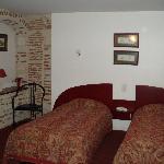 Une chambre à la décoration soignée
