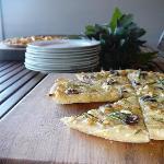 Best ever garlic pizza bread