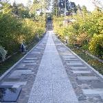 入口から続く長い階段