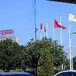 l'hotel se trouve en face d'un batiment avec les mots FERRI en haut