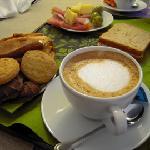 朝食(パンとハム・チーズか、チョコ系パンか、選べます)