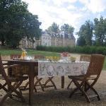 Le petit déjeuner avec vue sur le château d'Argeronne