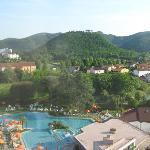 Blick vom Hotel auf die Poollandschaft