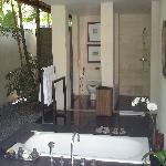 la salle de bain semi ouverte de la villa