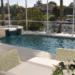 Terrasse und Pool von Villa Alica