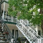Il suffit de grimper le bel escalier blanc