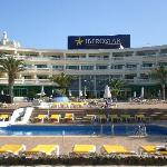 vista de las piscinas y apartmentos del parte central del hotel
