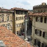 建物から通りの広場を見る