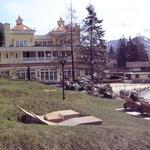 Der Garten und Blick zum Hotel