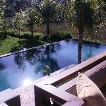 view op zwembad vanaf het balkon